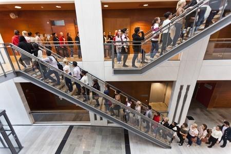 customers-waiting-line